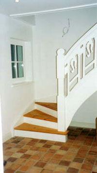 Holztreppe Stufen Lärche Wangen, Setzstufen und Geländer Kiefer weiß