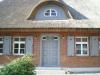 Fassade mit Haustür, Fenster, Fensterläden, Gaube und Gaubenfenster